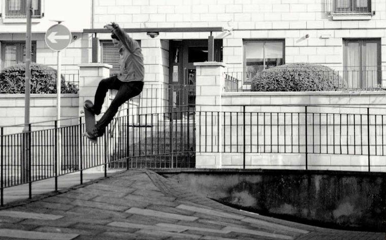 Lo skater del team Brixton Hordan Taylor alle prese con uno smith grind.