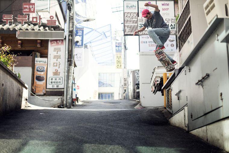 Lo skater del team Carhartt Aaron Herrington alle prese con un BS 50-50 a Seoul.