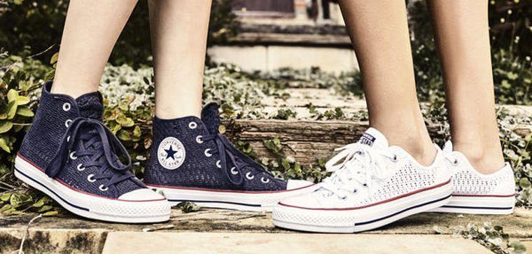 Zwei verschiedene Varianten des Chucks von Converse.