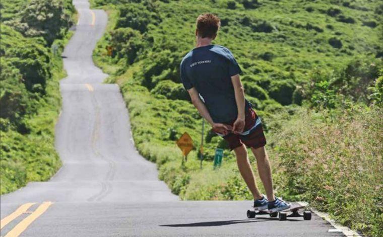 Ein Longboarder auf einem Board von Jucker Hawaii.