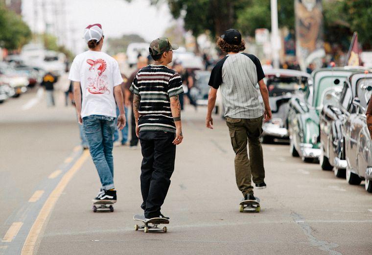 Skateboarder in der Streetwear von Loser-Machine.