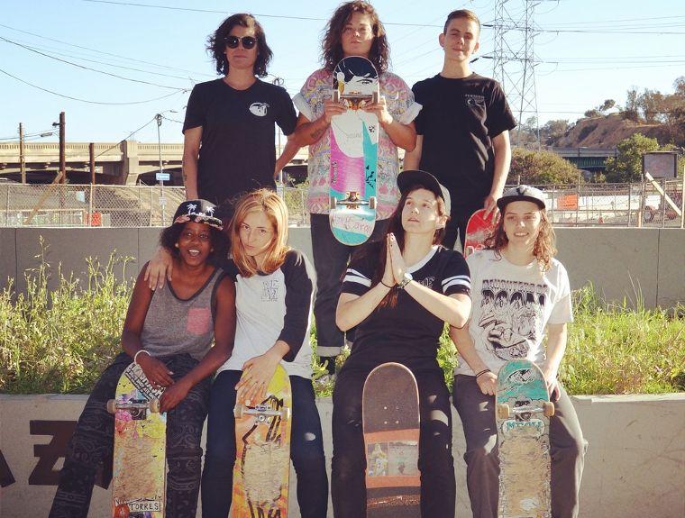 Das Team von Meow Skateboards mit Vanessa Torres, Amy Caron, Lacey Baker, Tierra Cobb, Marissa Martinez, Savannah Headden und Shari White.