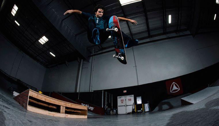 Il fondatore della Primitive Skateboards P. Rod alle prese con un Treflip.