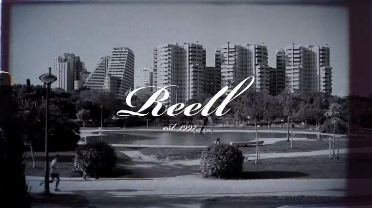 Das Logo von Reell vor der Kulisse von Valencia.