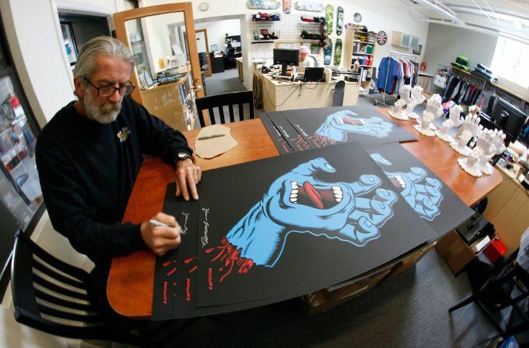 Vor über 30 Jahren entwickelte Jim Phillips das ikonische Design der Screaming Hand für Santa-Cruz.