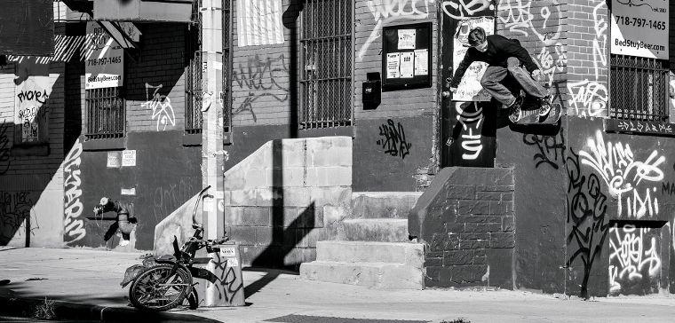 Baker Teamfahrer Tristan Funkhouser mit einem Wallride.