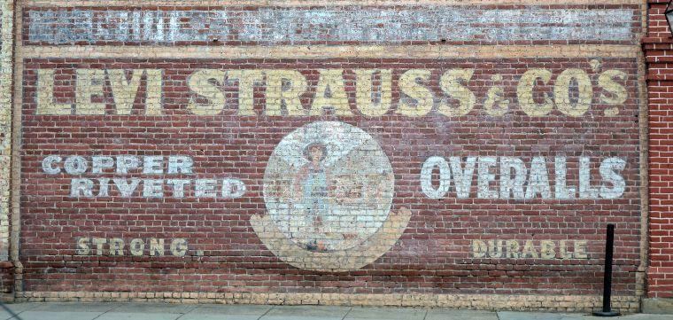 Eine Levi's® Werbung auf einer Wand in Jacksonville.