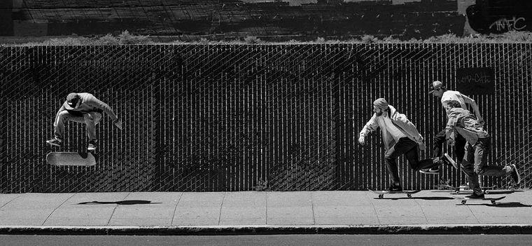 Skater intenti a solcare le strade con i loro board e i Levi's Skate.