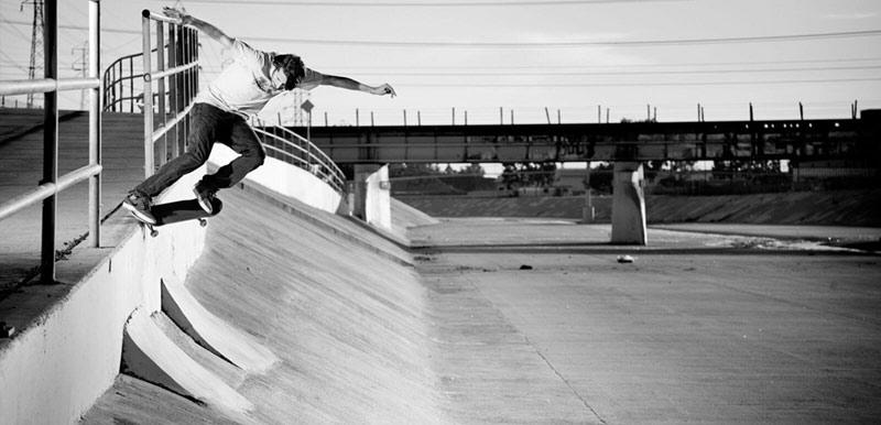 Nike SB Rider Stefan Janoski macht einen Crooked Grind.