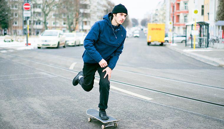 Ein Skateboarder in einer Jacke von RVCA.